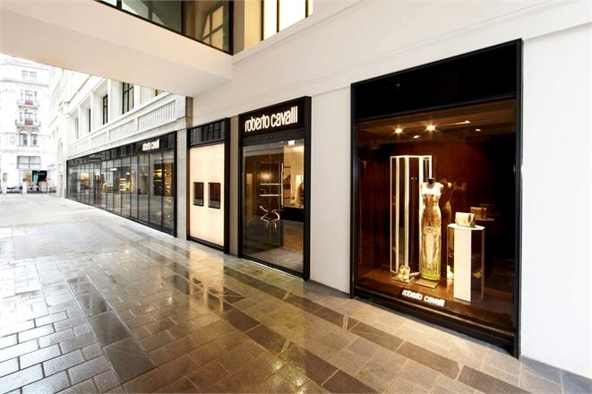 افتتاح متجر المصمم الايطالي روبرتو كفالي فيفيين