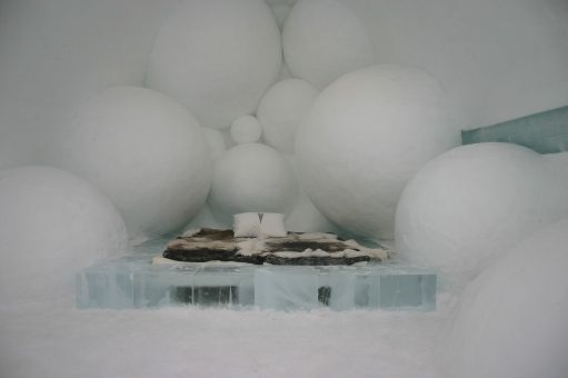 1024px-Icehotel-se-25