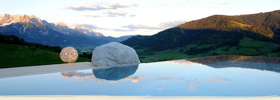 bogner_chalet_pool_abend_bl
