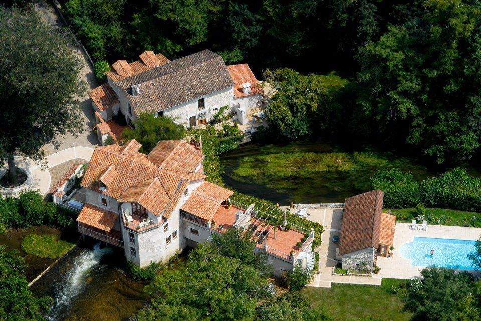 منزل فرنسي على ضفاف نهردرون