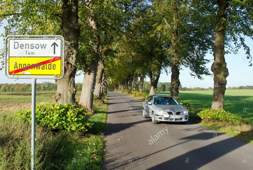blick-auf-eine-verbindung-von-annenwalde-und-densow-deutschland-16-oktober-2012-lirne-gasse-diese-gasse-ist-als-alley-of-the-year-2012-von-der-union-fur-umwelt-und-naturschutz-deutschland-bund-genannt-worden-wegen-sei